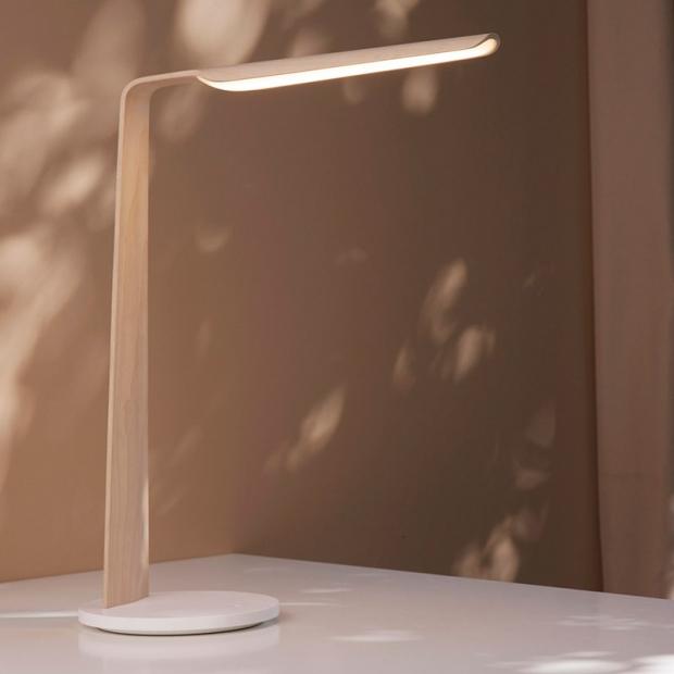 Stolná lampa Swan Qi, dub
